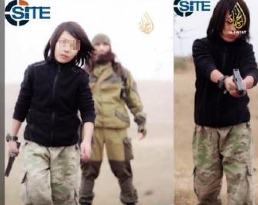«Lo Stato islamico ha raggiunto un nuovo livello di depravazione morale». Così la direttrice di Site, Rita Katz, commenta l'ultimo filmato diffuso dai terroristi islamici, nel quale un ragazzino dai tratti caucasici di circa 10 anni spara a due prigionieri. Il video è stato realizzato dal braccio mediatico dell'Isis, al Hayat Media. Non è la prima volta che lo Stato islamico facompiere atrocità ai ragazzini,i quali o vengono indottrinati nelle città conquistate dagli islamisti (http://goo.gl/xhvhJi) o appartengono a intere famiglie che hanno lasciato i propri Paesi per combattere il jihad (http://goo.gl/4ZUTzT; http://goo.gl/8f2PU9). Come in quest'ultimo caso.