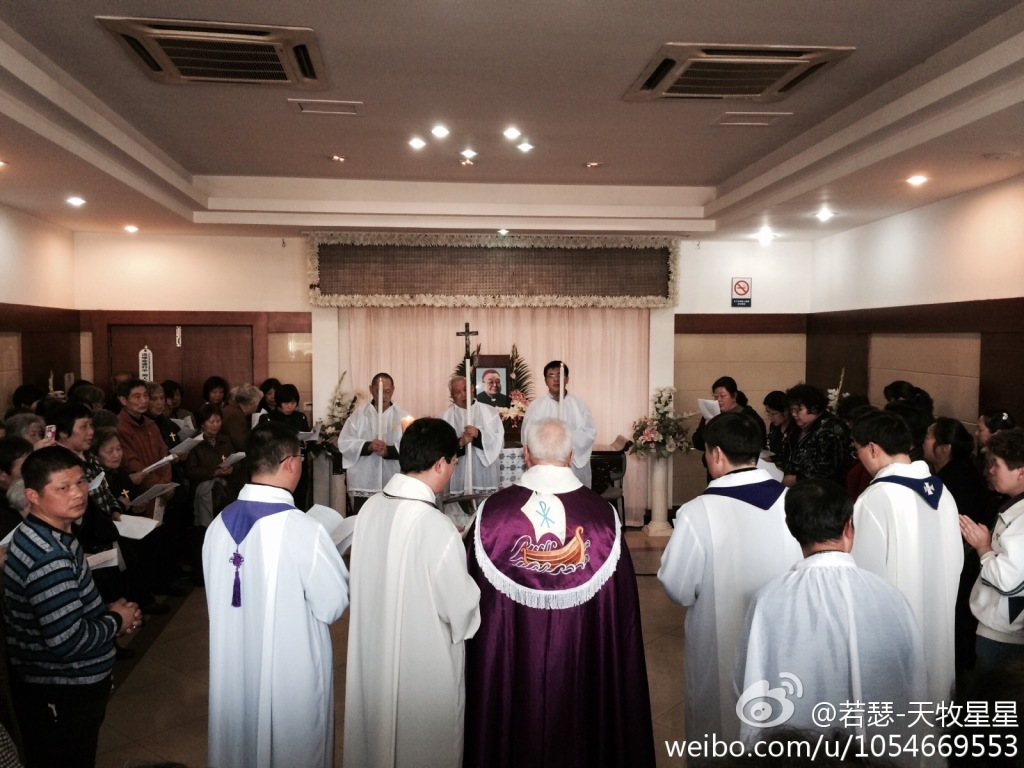 Da Weibo, le immagini delle messe che alcuni cattolici cinesi stanno officiando sul feretro di monsignor Fan, vescovo di Shanghai morto domenica a 97 anni. Inizialmente le autorità avevano messo la bara in una sala laica, ammettendo solo omaggi personali. Ma da due giorni è un continuo alternarsi di sacerdoti e fedeli, che pregano e dicono messe per il vescovo.