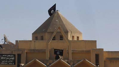 Croci rimosse e bandiera inneggiante al jihad issata sul tetto