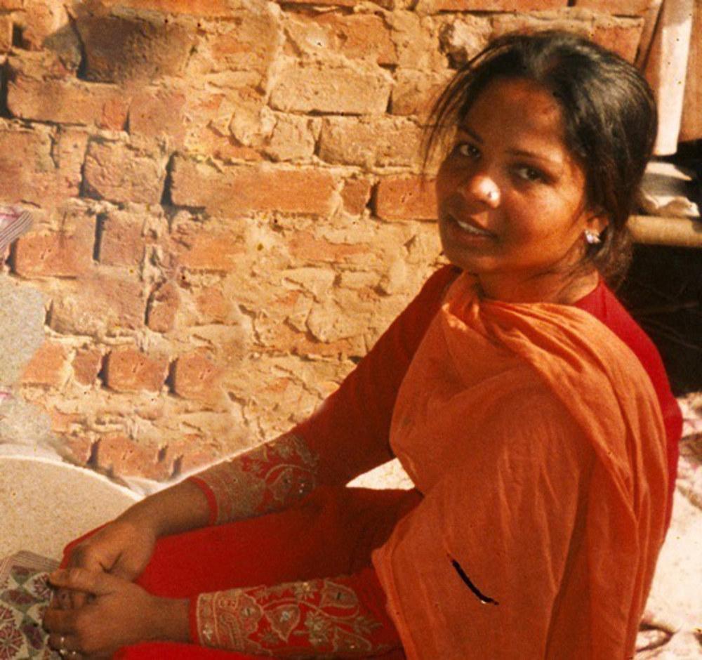 Sono 2.500 giorni che Asia Bibi si trova in carcere. Arrestata il 19 giugno 2009, la donna cattolica, madre di cinque figli, fu accusata di blasfemia e si è sempre rifiutata di abiurare la propria fede in cambio della libertà. Condannata a morte, Asia Bibi si trova ora in cella di isolamento nel carcere di Multan nel Punjab in attesa di una sentenza della Corte suprema pachistana. Un processo lunghissimo e molto difficoltoso – gli stessi giudici chiamati a decidere della sua vita temono per la loro vita –, basato su false accuse. Secondo le ultime notizie le sue condizioni di salute sono genericamente discrete, ma la donna è certamente assai prostrata psicologicamente. tuttavia non è mai retrocessa di una virgola rispetto al suo credo. «Sono stata condannata – disse rivolgendosi al giudice che aveva emesso la sentenza di morte – perché cristiana. Credo in Dio e nel suo grande amore. Se lei mi ha condannata a morte perché amo Dio, sarò orgogliosa di sacrificare la mia vita per Lui».