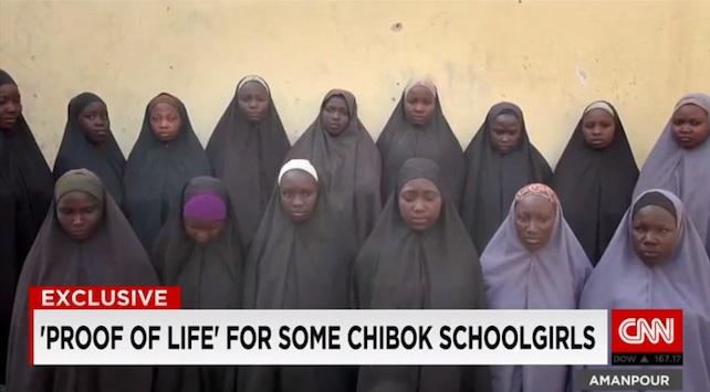 Due anni fa <a href=www.tempiold.adresponse.it/non-e-stato-un-hashtag-a-unire-la-nigeria-ma-il-sacrificio-di-trecento-ragazze-rapite-da-boko-haram target=_blank><strong>circa 300 ragazze</strong></a> sono state rapite in Nigeria da Boko Haram dal dormitorio di una scuola della città di Chibok. A distanza di due anni dal rapimento di massa, un video girato dai jihadisti a Natale prova che almeno 15 di loro, oltre a quelle già fuggite, sono ancora vive. <br> <br>  Il filmato è stato consegnato alla Cnn da fonti che stanno conducendo le trattative per la liberazione. Era dal 2014, poco dopo il rapimento, che non si avevano notizie delle ragazze di Chibok. Allora, il leader di Boko Haram, Abubakar Shekau, girò un video con tutte e disse: «Ho rapito le vostre ragazze. Le venderò al mercato, nel nome di Allah. Le venderò e le darò in spose». <br> <br>  Una delle ragazze inquadrate nell'ultimo filmato afferma: «È il 25 dicembre 2015, parlo a nome di tutte le ragazze di Chibok, stiamo tutte bene».