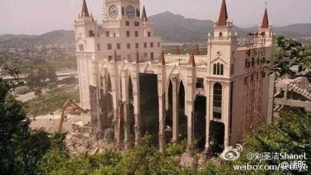La grande chiesa di Sanjiang durante la demolizione del 28 aprile