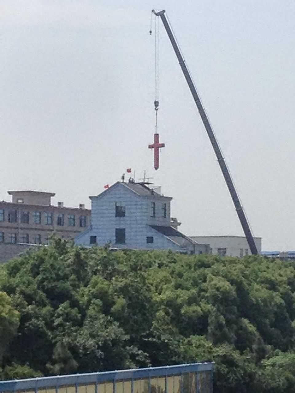 Croce rimossa dalla chiesa domenicale di Qiaosi
