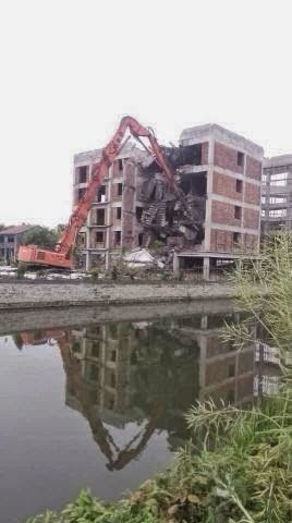 La demolizione della chiesa, ancora in costruzione, di Wuai