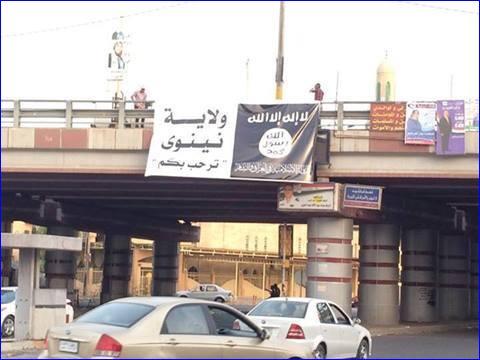 Lo Stato islamico dell'Iraq e del Levante (Isil) sta prendendo possesso dei suoi nuovi possedimenti. Nella foto si vede una bandiera degli islamisti appesa a un ponte di Mosul, la seconda città più importante dell'Iraq. A sinistra c'è scritto: «Il governatorato di Ninive vi accoglie», riferito ai terroristi, sulla destra invece si legge: «Non c'è Dio al di fuori di Allah». Intanto l'Isil continua ad avanzare: avrebbero preso due distretti della provincia di Diyala, Jalawla e Saadiyah, mentre il portavoce dei terroristi Abu Mohammed Al Adnani ha promesso che marceranno su «Baghdad, Karbala e Najaf».