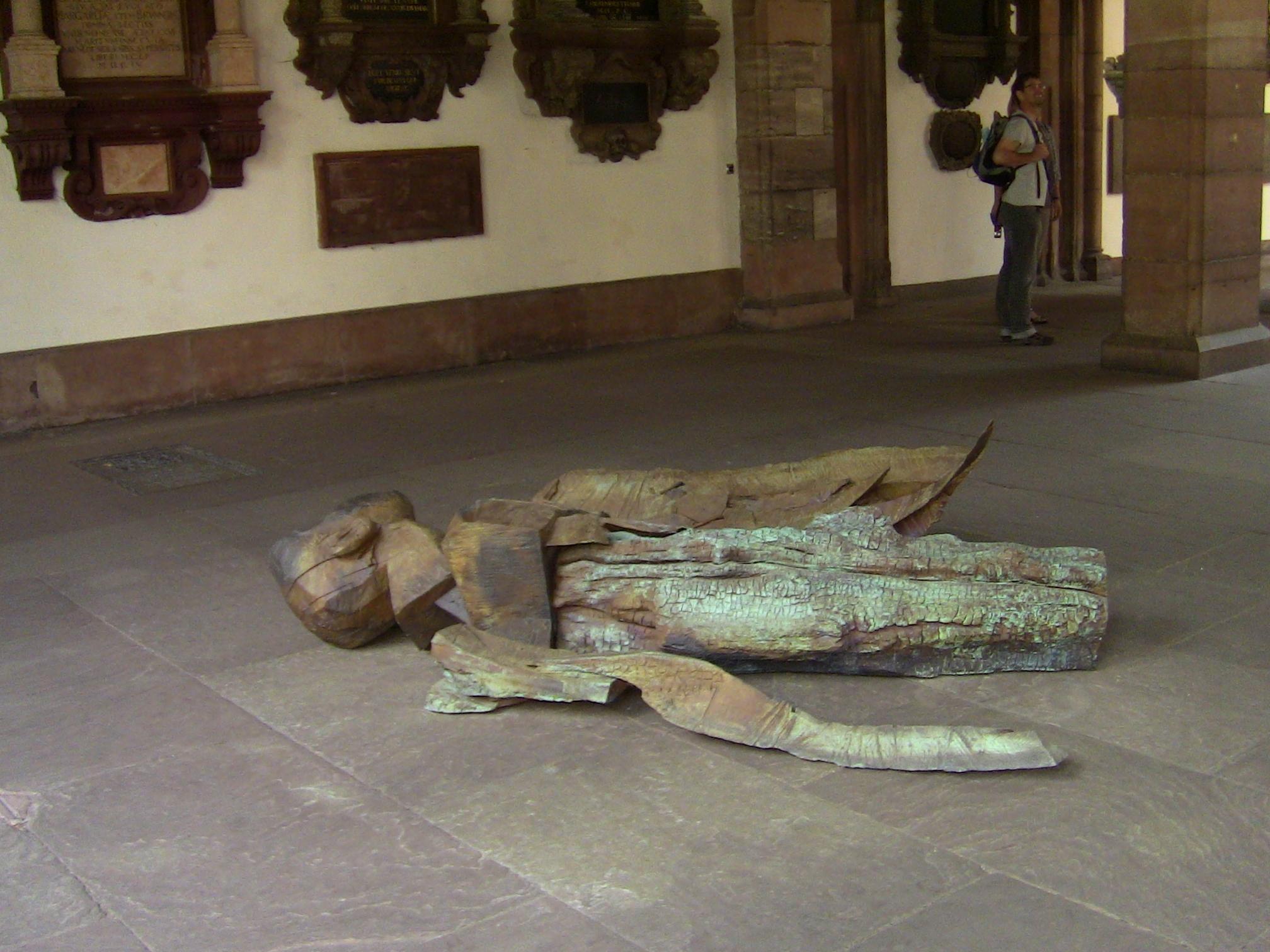 Una scultura di Dietrich Klinge all'interno del Chiostro della Cattedrale di Basilea. La mostra, visibile fino al 25 settembre 2014, si intitola Tangere