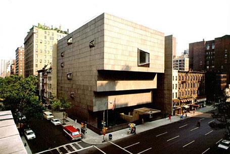 La vecchia sede del Whitney, che ora ospita la retrospettiva su Jeff Koons e che lascerà spazio all'alleanza con il MET. L'architetto è l'ungherese Marcel Brauer, che ha saputo proporre una struttura piuttosto iconica.