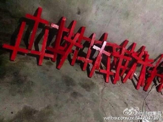Ora un utente di Weiboha lanciatounanuova iniziativa scrivendo: «Lasciamo che la croce si radichi nelcuore di ciascuno». Al messaggio, ha allegato diverse foto in cui si vedono cristiani costruire croci di legno e dipingerle di rosso. Padre Chen Kaihua, che insegna al seminario cattolico di Sichuan, hainvitato tutti i cristiani aunirsi al «movimento non violento di disobbedienza civile», ad appendere le croci in casa e sui propri vestiti. «Domani vedrete croci ovunque nella provincia di Zhejiang».