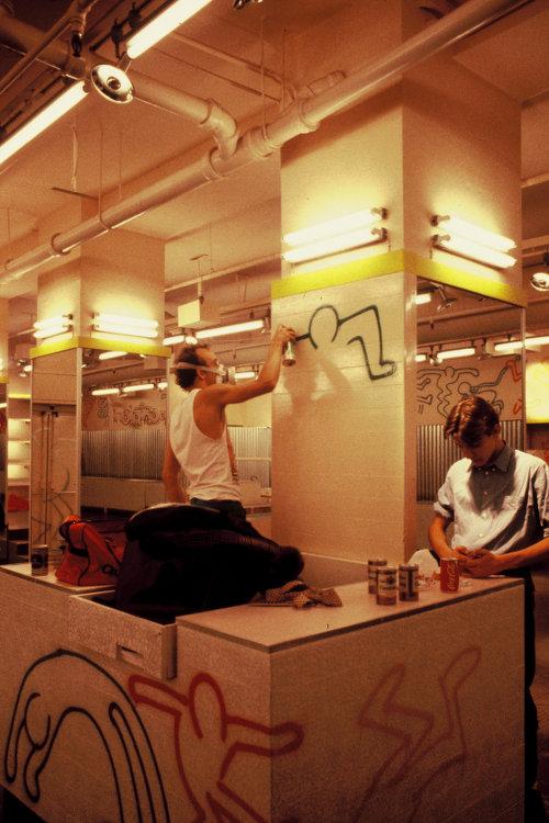 Keith Haring all'opera nello store Fiorucci (1984)