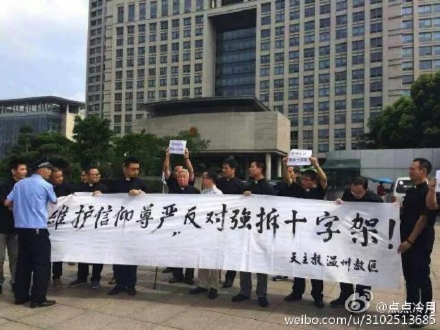 Per protestare contro l'attacco senza precedenti alla religione cristiana, già venerdì il vescovo di Wenzhou, Zhu Weifang, quasi 90enne, insieme a 26 sacerdoti, ha manifestato coraggiosamente e in modo inedito davanti al governo della città per chiedere la fine della campagna di demolizione.