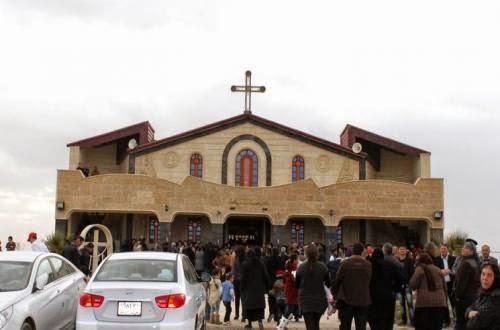 Giovedì scorso la chiesa della Resurrezione, a tre chilometri dal centro di Bakhdida (Qaraqosh), è stata fatta esplodere dai miliziani dello Stato islamico. Prima dell'invasione islamista, la città di Qaraqosh era una delle più grandi città cristiane della piana di Ninive, nel nord dell'Iraq. La chiesa era già stata in precedenza occupata dai terroristi, che ne avevano distrutto la croce. La chiesa si trova nel cimitero di Bakhdida e nessuno è ancora riuscito a verificare i danni subiti, soprattutto dopo che ieri un bombardamento americano l'ha ulteriormente colpita. Nella foto, la chiesa prima dell'invasione dello Stato islamico.