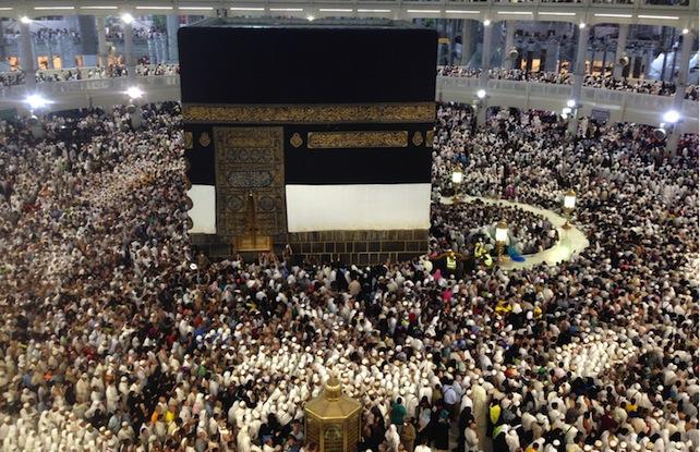 L'Arabia Saudita continua a dire che nella strage del 24 settembre, durante il pellegrinaggio annuale alla Mecca, sono morte 769 persone. Si sono calpestate e soffocate a vicenda per oltre un'ora. Ma l'indagine indipendente dell'Associated Press, che sta contattando tutti i 180 paesi partecipanti per chiedere quante vittime hanno avuto, dice un'altra cosa.<br><br>   Dopo aver contattato 30 paesi su 180, il bilancio dei mortiè già salito a 2.177, il triplo di quello ufficiale comunicato dai sauditi. Il paese con più vittimeè l'Iran (465), seguito da Mali(254), Nigeria(199), Egitto (182), Bangladesh (137), Indonesia (126), India (116), Pakistan (102)Camerun(76), Niger (72), Senegal(61), Costa d'Avorio e Benin (52 ciascuno), Etiopia (47), Ciad (43), Marocco (36), Algeria (33), Sudan (30), Burkina Faso (22), Tanzania (20), Somalia (10), Kenya (8), Ghana e Turchia (7), Myanmar e Libia (6), Cina (4), Afghanistan (2), Giordania e Malaysia (1).<br><br>   L'Arabia Saudita non si è ancora scusata per quantoavvenuto.Un ufficiale ha scaricato le responsabilità su un gruppo indisciplinato di non meglio identificati «pellegrini africani». Un altro ha ricordato i problemi «creati dall'affollamento e dal caldo». Il ministro della Sanità ha tagliato corto davantialle domande: «Questa è la volontà di Dio».