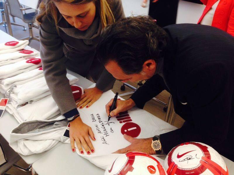 Il ct della Nazionale Cesare Prandelli firma una della magliette della mongolfiera