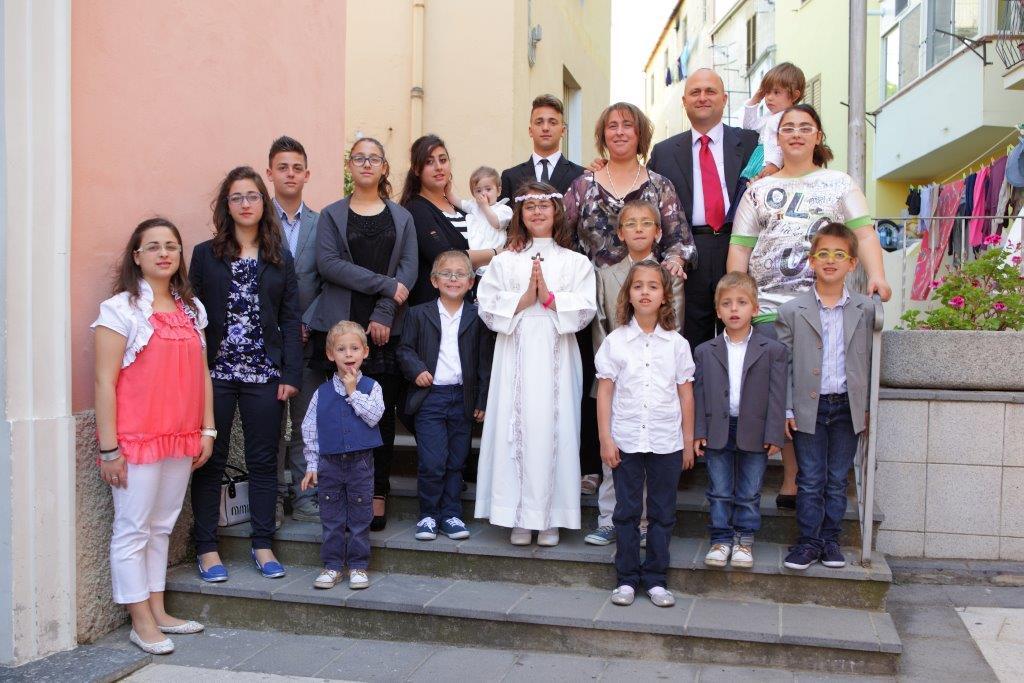La famiglia Anania, alla recente comunione di una dei 16 figli
