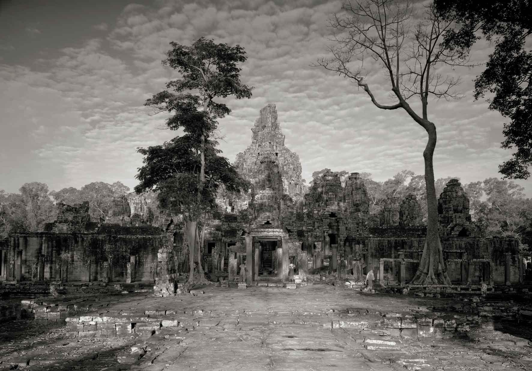 """Kenro Izu, Angkor #79, Cambodia, 1994. Dalla serie """"Sacred Places"""", stampa al platino, 35,5x51 cm. Courtesy l'autore"""
