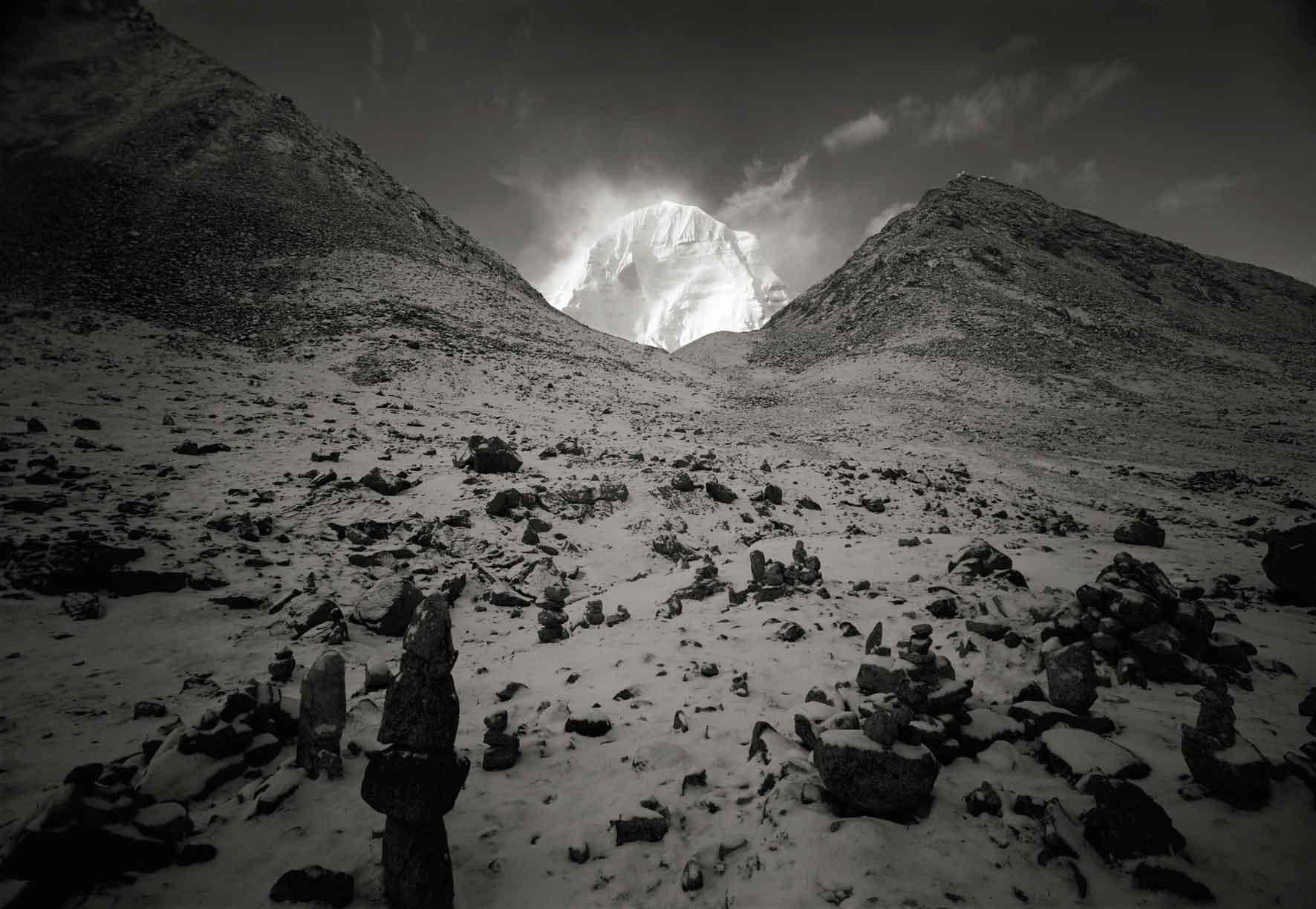 """Kenro Izu, Kailash #75, Tibet, 2000. Dalla serie """"Sacred Places"""", stampa ai pigmenti 72x102 cm. Courtesy l'autore"""