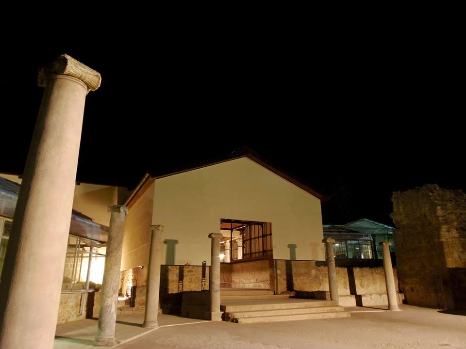 La villa in apertura notturna
