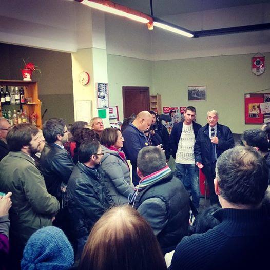La manifestazione dei residenti di Quarto Oggiaro  dopo le minacce di morte: Galesi è in fondo a sinistra, con il maglione bianco, insieme al sindaco Pisapia