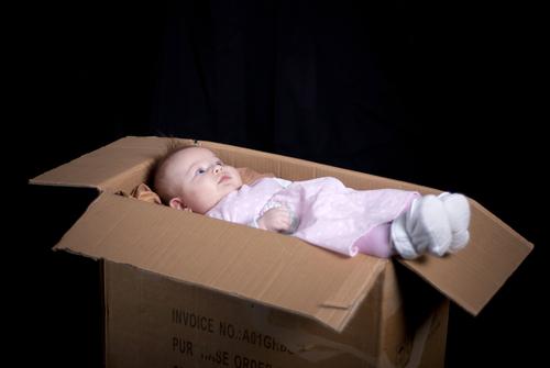 bambino-scatola-shutterstock_98036420