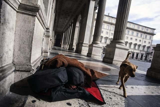 Senzatetto dorme difronte palazzo Chigi
