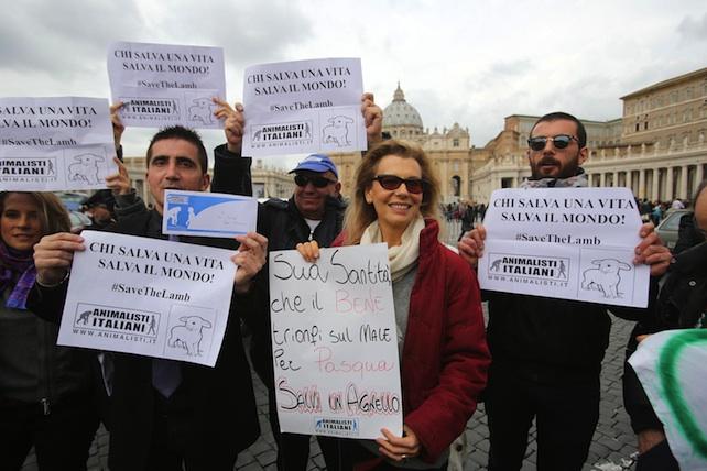 Pasqua:manifestazione animalisti a San Pietro contro strage agnelli