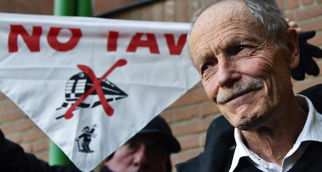 L'imputato Erri De Luca al termine dell'udienza del processo che lo accusa di istigazione al sabotaggio in Tribunale, Torino, 27 Gennaio 2015 ANSA/ ALESSANDRO DI MARCO
