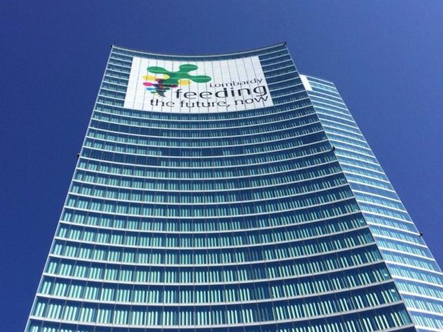 Expo: su grattacielo Regione mega-scritta slogan 'Lombardy'