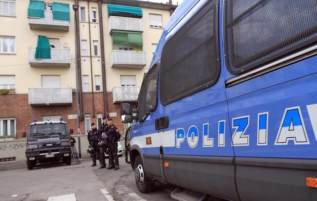 Controlli, perquisizioni e sgomberi delle Forze dell'Ordine in Via Odazion zona Giambellino in vista del corteo contro l'Expo, Milano, 29 aprile 2015.  ANSA/STEFANO PORTA