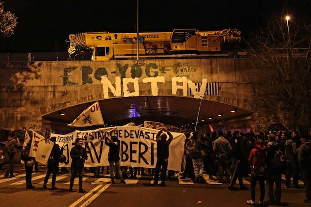 Tav: manifestazione a Firenze, scritte e fumogeni