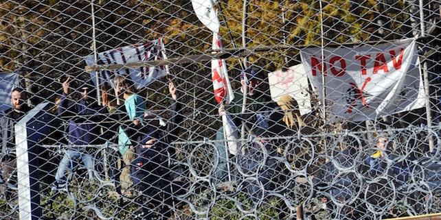 La protesta dei NO TAV durante la visita del Ministro dei Trasporti Maurizio Lupi nel cantiere TAV a Chiomonte, 22 Dicembre 2014 ANSA/ ALESSANDRO DI MARCO