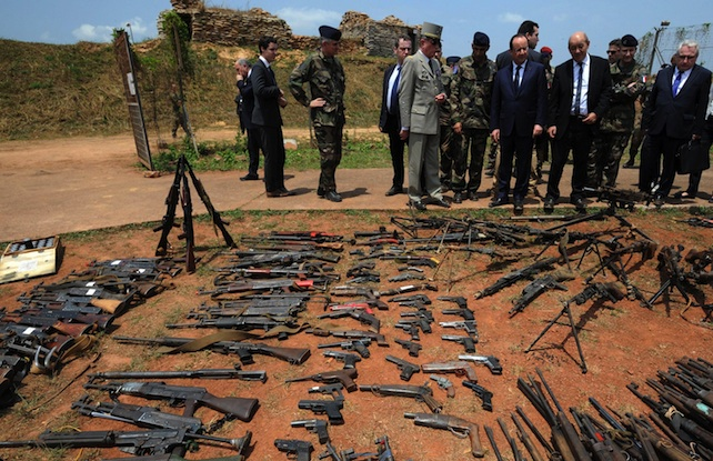 epa04104025 French President Francois Hollande (3-L), French Defense Minister Jean-Yves Le Drian (3-R) and French Foreign Minister Laurent Fabius (L) inspect arms confiscated from ex-Seleka rebels and Anti-balaka militia by the French military of operation Sangaris at a French military base in Bangui in Bangui, Central African Republic, 28 February 2014.  EPA/SIA KAMBOU/POOL MAXPPP OUT