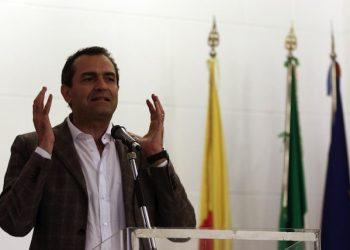 Il sindaco di Napoli Luigi de Magistris al convegno dei sindaci contro lo Sblocca Italia, 18 aprile 2015 a Napoli. ANSA/ CESARE ABBATE