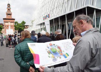Un uomo legge un volantino dell'Expo mentre è in in fila alla biglietteria  allestia all'Expo Gare in piazza Cairoli, Milano 30 aprile 2015. ANSA/DANIEL DAL ZENNARO