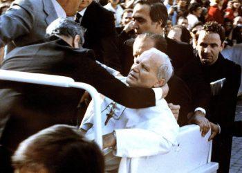 Un'immagine di archivio mostra papa Giovanni Paolo II, ferito in piazza San Pietro, sorretto dai collaboratori, qualche istante dopo l'attentato il 13 maggio 1981.  ANSA