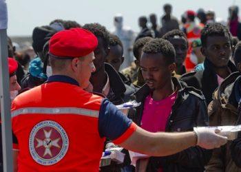 L'arrivo in porto della nave della Marina Militare Italiana 'Chimera' con a bordo 545 migranti, Salerno, 22 Aprile 2015. ANSA/ CIRO FUSCO