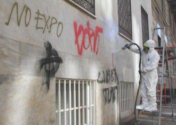 Personale dell'Amsa e cittadini volontari ripuliscono i muri di Milano e riparano i danni dopo gli scontri avvenuti nel giorno dell'inaugurazione dell'Expo, 2 maggio 2015. ANSA/ PAOLO SALMOIRAGO