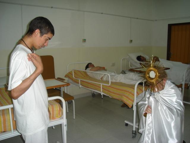 padre-aldo-trento-processione-santissimo-clinica