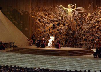 Papa Paolo VI inaugura la 'Resurrezione' l'opera dell'artista Pericle Fazzini il 28 settembre  1977, nell'aula delle udienze in Vaticano, a Roma ANSA/UFFICIO STAMPA  +++NO SALES +++ EDITORIAL USE ONLY +++