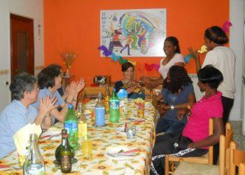 Un momento di festa nella casa con alcune ospiti