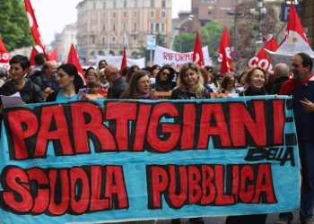 La manifestazione dei Cobas scuola e degli studenti medi in occasione dello sciopero contro la riforma della scuola voluta dal Governo, Bologna, 5 maggio 2015.ANSA/GIORGIO BENVENUTI