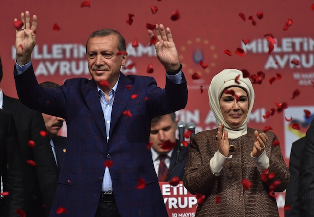 epa04741707 The Turkish President Recep Tayyip Erdogan and his wife Emine say goodbye to supporters after he delivered a speech at the exhibition hall in Karlsruhe,†Germany, 10 May 2015. According to organizers, 14,000 people have gathered for the event, with 3,000 waiting to be admitted to the venue. There are about 1.4 million Turks living in Germany who can vote in the June 7 elections, representing nearly half of all eligible voters residing abroad.  EPA/ULI†DECK
