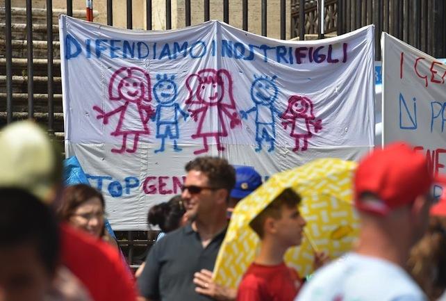 Un momento della manifestazione 'Difendiamo i nostri figli' contro il ddl Cirinnà, le unioni civili e quelle omosessuali a piazza San Giovanni, Roma, 20 giugno 2015. ANSA/ETTORE FERRARI