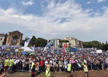"""Un momento della manifestazione """"Difendiamo i nostri figli"""" a piazza San Giovanni, Roma, 20 giugno 2015.  (ANSA/ETTORE FERRARI)"""