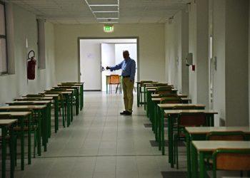 La fila dei banchi viene allestita in vista dell'esame di maturit‡' in una scuola a Pontedera, 17 giugno 2014. ANSA/ STRINGER