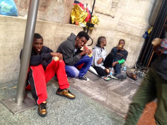 milano-profughi-eritrei-stazione-centrale-ansa