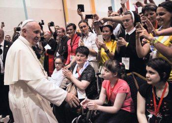 Papa Francesco durante l'incontro con i giovani di Sarajevo. 06 giugno 2015 a Sarajevo - Bosnia Erzegovina. ANSA/LUCA ZENNARO