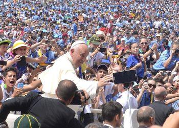 Papa Francesco in Piazza San Pietro durante l'udienza concessa all'Agesci, Citt‡ del Vaticano, 13 giugno 2015.          ANSA / MAURIZIO BRAMBATTI