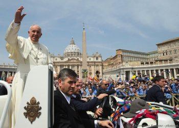 Papa Francesco durante l'udienza con l'Associazione Guide e Scouts Cattolici Italiani (Agesci), Citt‡ del Vaticano, 13 giugno 2015. ANSA/ L'OSSERVATORE ROMANO ++HO - NO SALES EDITORIAL USE ONLY++