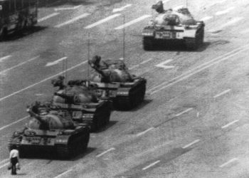 Un'immagine storica scattata da un fotografo della Reuter mostra il ''tank man'', l'uomo che fermo' in piazza Tienanmen, a Pechino, una colonna di carriarmati. ANSA - REUTER
