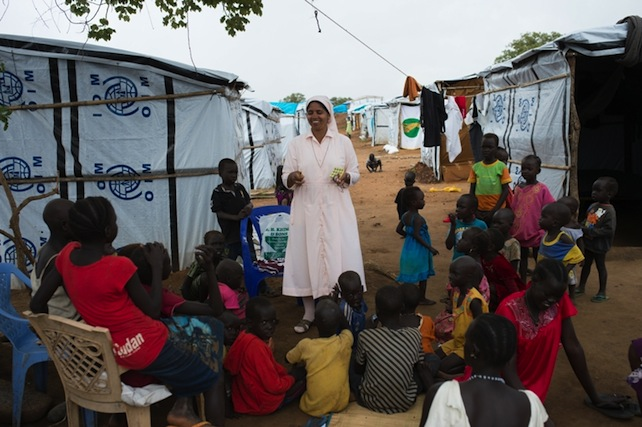 "South Sudan, Juba, a sister of the Congregation of the ""Daughters of Mary Immaculate"" (DMI) talking to children at a refugees' camp. SOUTH SUDAN / JUBA 14/00116 On going formation of 21 DMI Sisters in South Sudan"